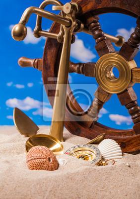 Muszle morskie kompas i mosiądzu kotwica na piasku