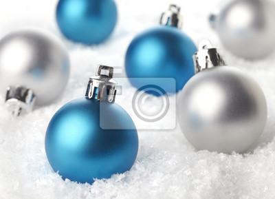 Niebieski i srebrny Christmas ozdoby w śniegu