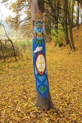 Niebieski idolem na pniu drzewa