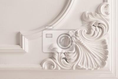 Tapeta niedokończone formowanie gipsu na suficie. dekoracyjne wykończenie gipsu. płyty gipsowo-kartonowe i prace malarskie