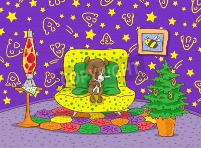 Niedźwiadek siedzi na żółtym kanapie. Niedźwiadek posiada Łapy zabawki biały zając. W pokoju znajduje się lampa i doniczka z jodły. Na ścianie są narysowane gwiazdy i statki kosmiczne.