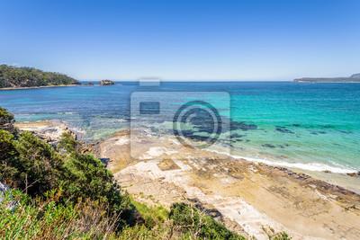 Niesamowity widok na wspaniałą rajską wyspę piaszczystą plażę z turkusową wodą i zielonym lasem dżungli na ciepłe słoneczne czyste niebo relaksujący dzień, Park Narodowy Półwyspu Tasmana, Tasmania, Au
