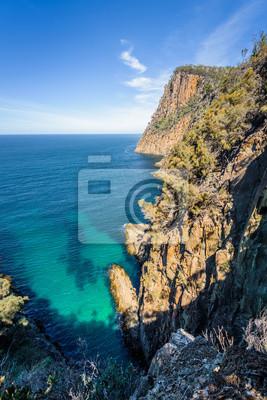 Niesamowity widok na wspaniałe zatoczki z klifami wyspy z turkusową wodą i zielonym lasem dżungli na ciepłe, słoneczne, jasne dni relaksujący szlak turystyczny do Fluted Cape, Bruny Island, Tasmania,