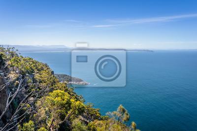 Niesamowity widok na wspaniałe zatoczki z klifami wyspy z turkusową wodą i zielonym lasem dżungli na ciepłym, słonecznym, jasnym dniu relaksujący szlak turystyczny do Fluted Cape, Bruny Island, Tasman