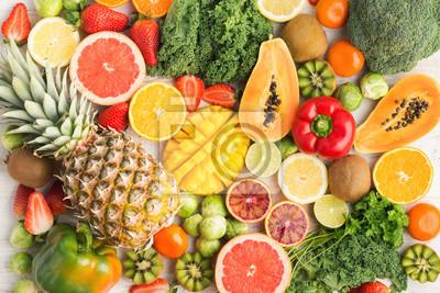 Tapeta Owoce i warzywa bogate w witaminę C wzór tła, pomarańcze mango grejpfrut kiwi kapusta pieprz ananas cytryna kapusty papaja brokuły, na białym stole, widok z góry, selektywne focus
