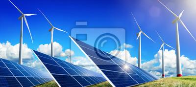 Paneli słonecznych i turbin wiatrowych na otwartym polu, z Nicei Błękitne niebo, Białej Chmury i odbicie słońca