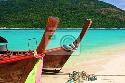 Paradise Island i dwie łodzie w zielonym oceanie