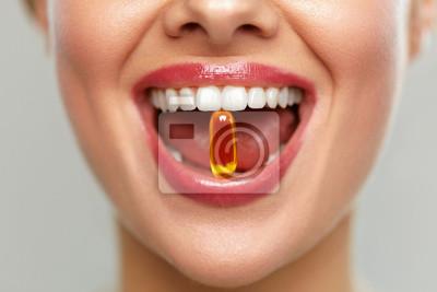 Tapeta Piękna Kobieta usta z pigułki w zębach. Dziewczyna Biorąc Witaminy