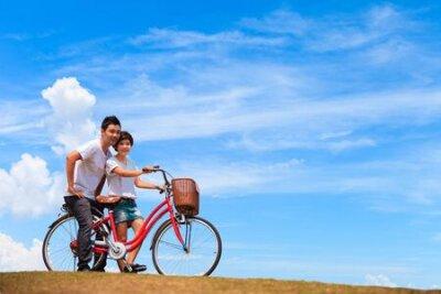 Piękna Para na rowerze z ładnym niebieskim niebie