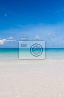 Piękna plaża i błękitne niebo w Tajlandii pionowe