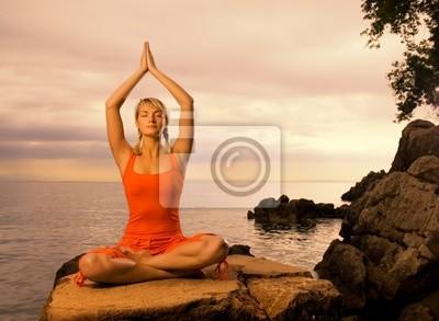 Tapeta Piękne młoda kobieta temu ćwiczeniu jogi na świeżym powietrzu