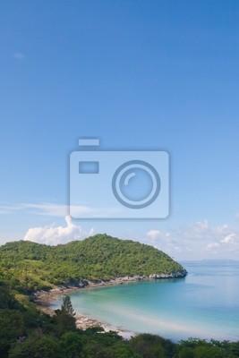 Tapeta Piękne wybrzeże na lewym i błękitne niebo w Tajlandii