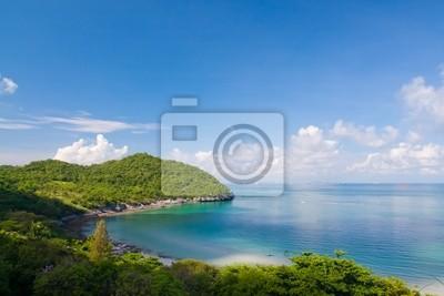 Tapeta Piękne wybrzeże na lewym i błękitne niebo w Tajlandii stylu horyzoncie