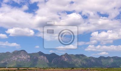 Piękny krajobraz w górach z Nicei błękitne niebo