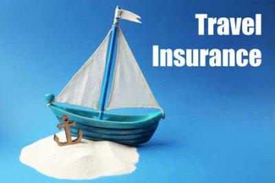 Pojęcie ubezpieczenia podróży. Drewniana łódź z kotwicą i piaskiem na błękitnym tle