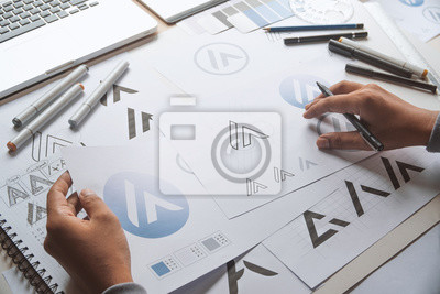 Tapeta Projektant graficzny proces tworzenia rysunku szkic projekt kreatywny Pomysły szkic Logo marki znaku towarowego grafika. Koncepcja studio graficzne projektanta.