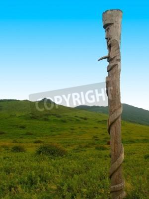 przeciwko pogańskim bożkiem drewniane zielone pola i błękitne niebo