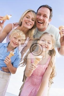 Tapeta Rodzina stoi na plaży z lodami uśmiecha