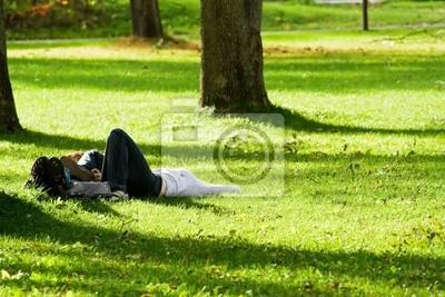 Romantyczna para leżącego na trawie