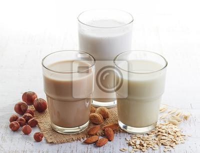 Różne wegańskie mleka