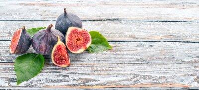 Tapeta Rys. Świeże owoce fig na białym drewnianym stole. Wolne miejsce na tekst. Widok z góry.