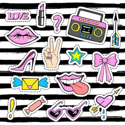 Tapeta Śliczne odznaki moda plaster z ust, dłoni, magnetofon, buty, okulary, serca i innych elementów. Modny, nowoczesny design. Zestaw naklejek doodle, szpilki, z kreskówek 80s-90s komiks stylu.