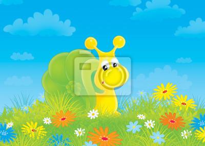 Ślimak na zielonej trawie wśród kwiatów polnych