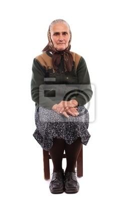 Stara kobieta siedzi na krześle