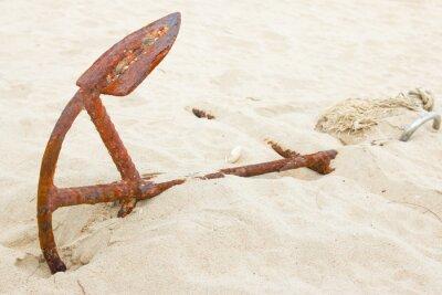 Stara kotwica na piasku plaża