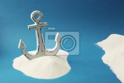 Stare kotwicy w piasku na niebieskim tle. Koncepcja Columbus Day