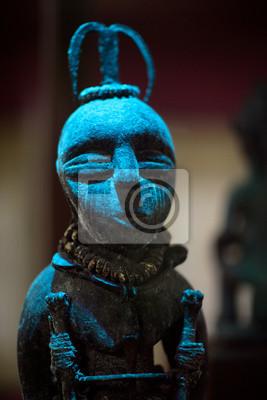 Starożytna rzeźba kamień w niebieskim świetle idol