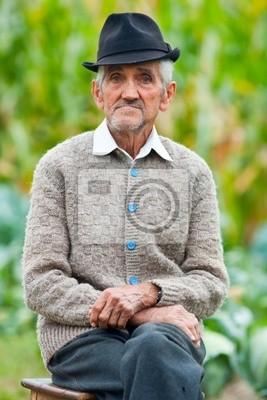 Starszy mężczyzna na zewnątrz