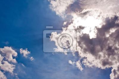 Sunbeam świecić między chmurami