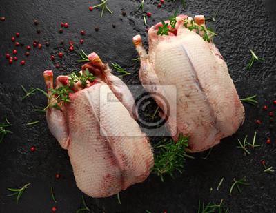 Tapeta Surowe dzikie kaczki krzyżówki z ziołami. gotowy do ugotowania. Ptaki łowne lub z kamieniołomu