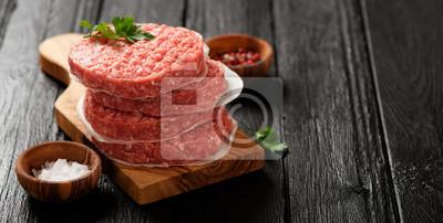 Tapeta Surowy Zmielony wołowina Burger stek mięso mięso kotlety na ciemnym tle drewniane.