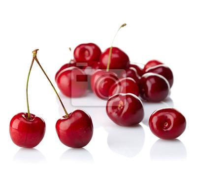 Świeże czerwone czereśnie na białym tle