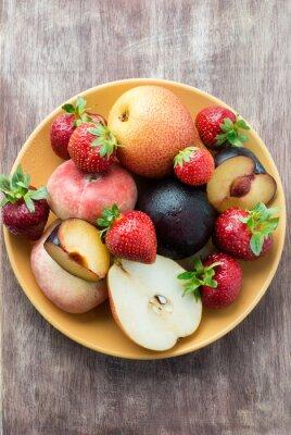 Świeże letnie owoce w płytkę