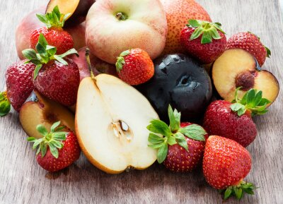 Świeże owoce letnie nad drewnianym tle