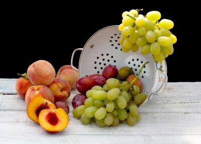 świeże owoce letnie wewnątrz ceramicznego durszlak