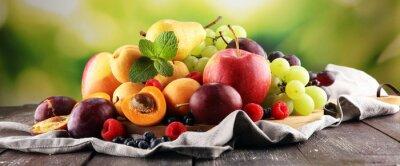 Tapeta Świeże owoce letnie z jabłkami, winogronami, jagodami, gruszką i morelą