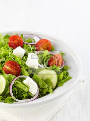 Świeże, zdrowe sałatki z warzyw i koziego sera