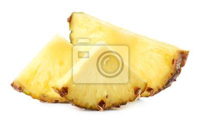 Świezi ananasów plasterki odizolowywający na białym tle