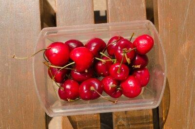 Świeżo wyrwane wiśnie z ogrodu latem