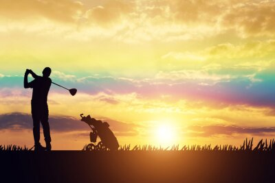 Tapeta sylwetka Człowiek gra w golfa na polu golfowym w słońcu