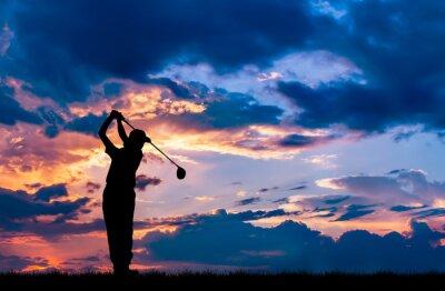 Tapeta sylwetka golfista gra w golfa podczas pi? knego zachodu s? o? ca