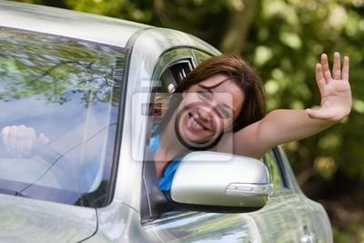 Szczęśliwa kobieta w samochodzie