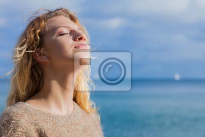 Tapeta Szczęśliwej kobiety plenerowa jest ubranym bluza
