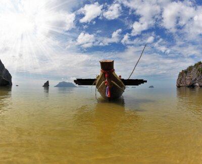 Tajski łodzi Longtail przez kotwica na piasku. Tajlandia