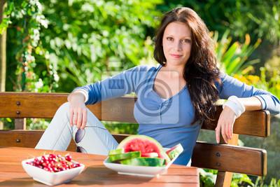 Taras w ogrodzie piękna kobieta świeże owoce lata