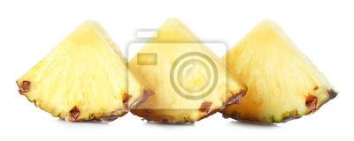 Trzy plasterki ananasa na białym tle